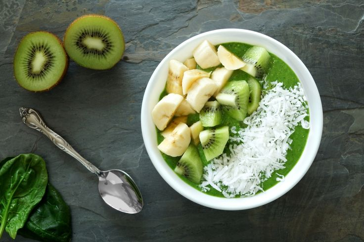 Préparation : 1. Versez la crème de coco dans un sac. Déposez la banane et 1 kiwi coupés en rondelles sur une feuille de papier sulfurisé, puis placez le tout au congélateur pour 1 heure. 2. Dans u…