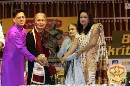 "Shyam Sundar Co. Jewellers presented ""Shyam Sundar Co. Sarvottam Samman"" at the 6th edition of ""Behala Classical Festival"" to Ustad Amzad Ali Khan."