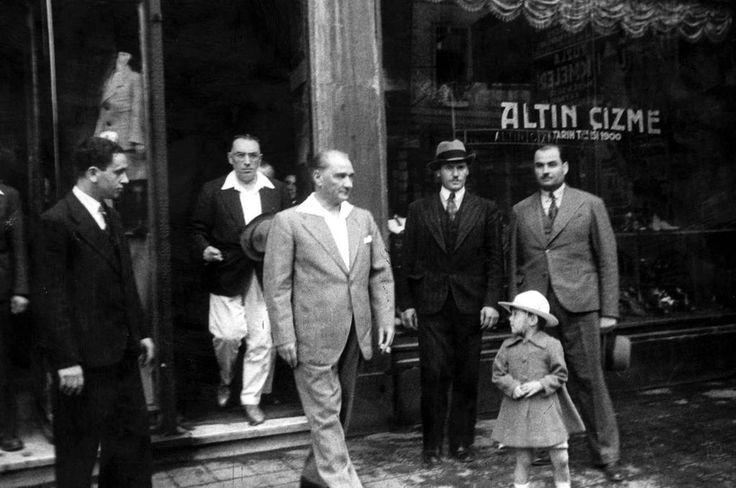 Cumhurbaşkanı Mustafa Kemal, Sirkeci Bahçekapı'da ayakkabılarını yaptırdığı Altın Çizme'den çıkarken (1934)