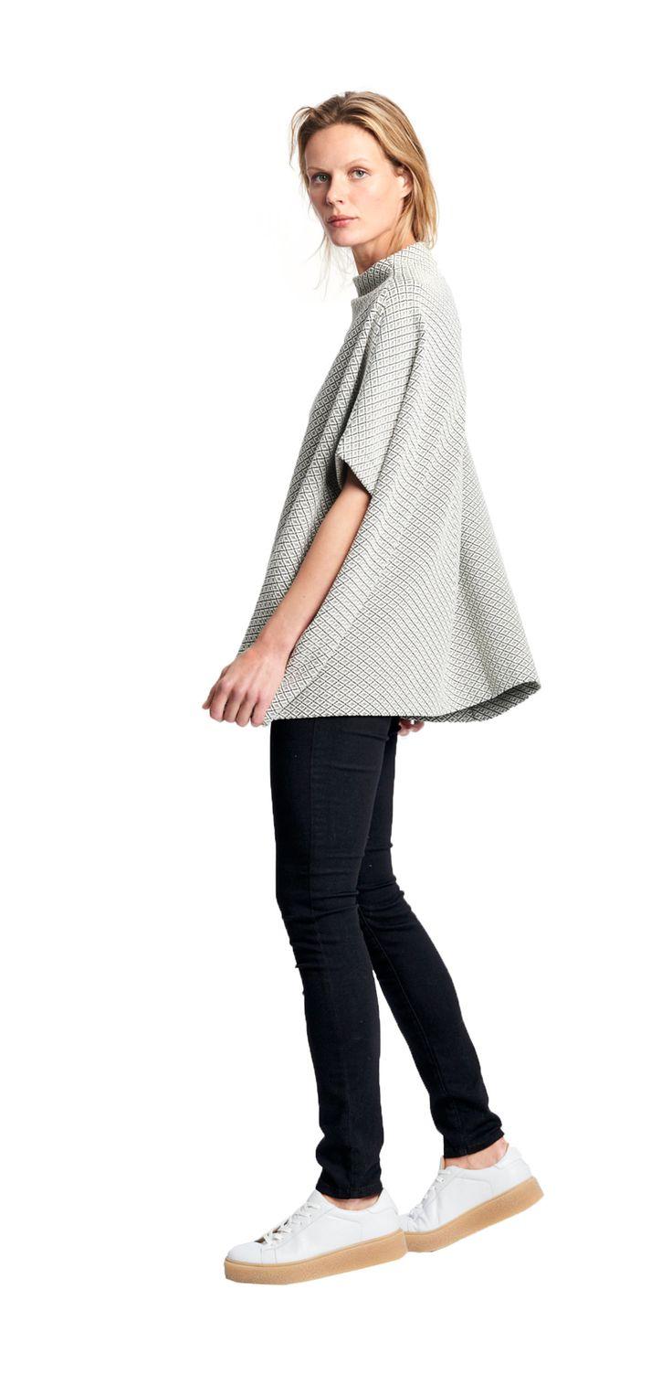 Damen Outfit Oversize Poncho von OPUS Fashion: weißer Poncho, schwarze Hose