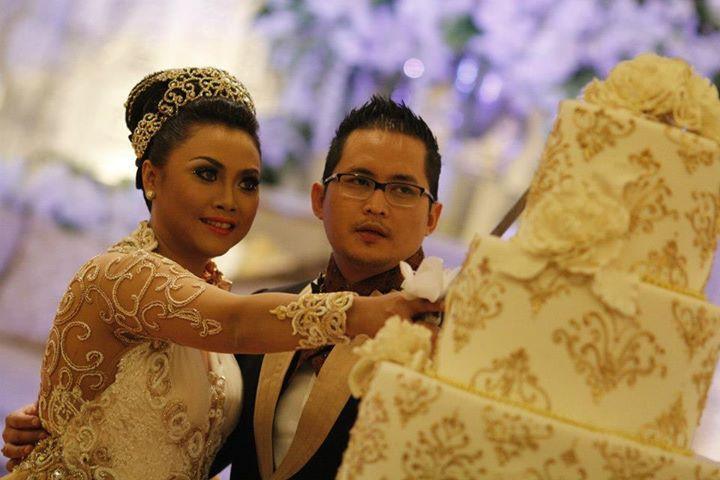 Pada resepsi pernikahan gaya Internasional, pasangan pengantin akan bersama-sama memotong kue pengantin. Maknanya sama dengan makan bersama dalam pernikahan adat, yakni menikmati rezeki bersama.