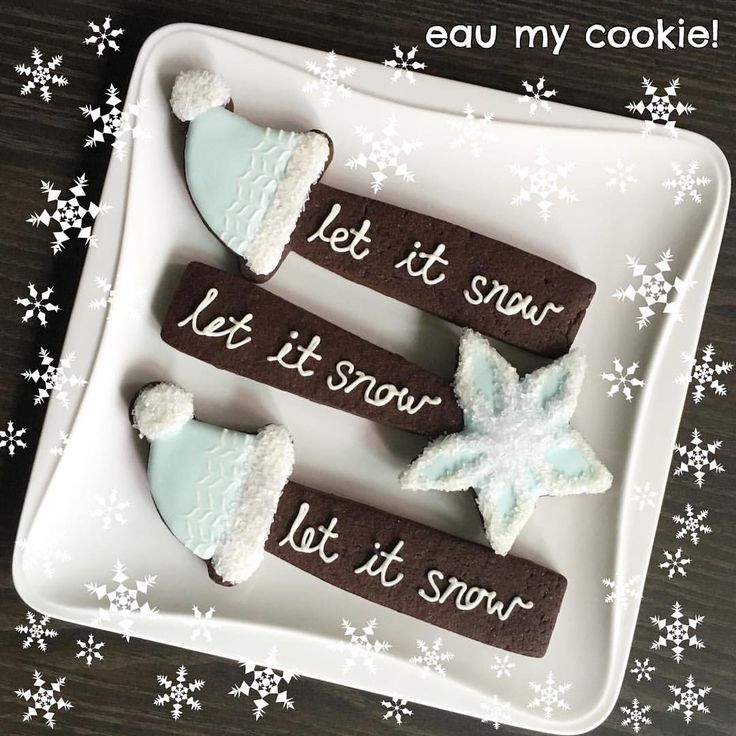 I made these just a few days ago and so I was totally amused when I saw @montrealconfections Marlyn's latest video tutorial using the same cookie cutter, with a similar colour scheme and the exact same words on the cookies! #greatmindsthinkalike #christmascookies #ikeacookiecutters #letitsnow #cookies #cookieart #cookiesofinstagram #sgcookies #sgbakes #sgfood #decoratedcookies #eaumycookie #eaumycookiexmas