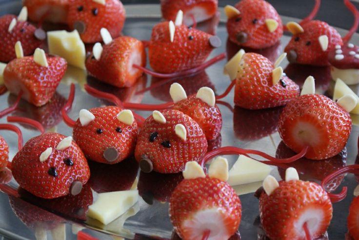 Niedliche Mäuse aus Erdbeeren und weißer Schokolade