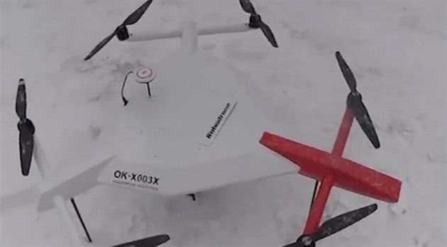 Při pátrání po pohřešovaných pomůže Horské službě v Krkonoších nový dron. Má na sobě megafon, infrakameru a termovizi. Navíc dokáže nést záchranářský balíček. Použití stroje ale omezují současné zákony a problémy mohou nastat i při nepříznivém počasí.