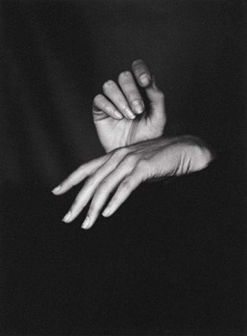 basava:    Meyerhof, Gerda Monas Hände, Reuti 1985© Fotostiftung Schweiz