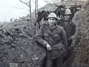Due soldati del 1°Battaglione Bersaglieri Volontari B. Mussolini in un attimo di pausa dai combattimenti contro i Titini nella loro trincea si fanno fotografare da un loro camerata. Pin by Paolo Marzioli