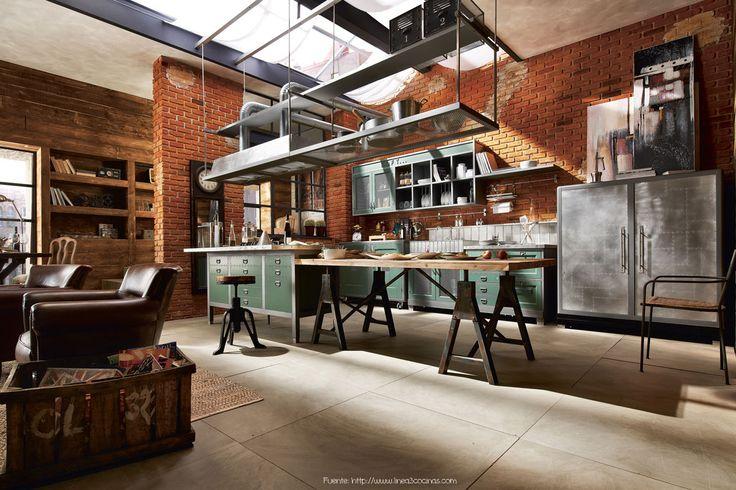 En la cocina de este loft con marcada impronta industrial encontramos los mismos elementos repetidos: hierro, madera y ladrillos.