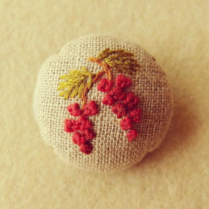 """15 Likes, 1 Comments - Risa (@tukururisabroderie) on Instagram: """"#刺繍 #embroidery #ブローチ #秋色 9月。実りの秋。"""""""