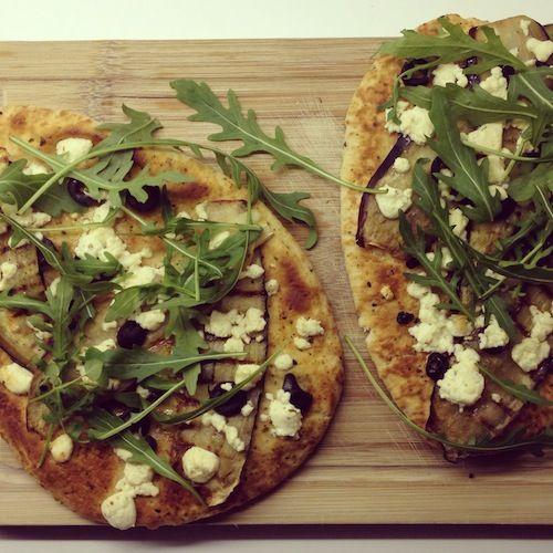 Naanbrood belegd met heerlijke gegrilde aubergine, zoute feta en olijfjes en pittige rucola. Een topper!