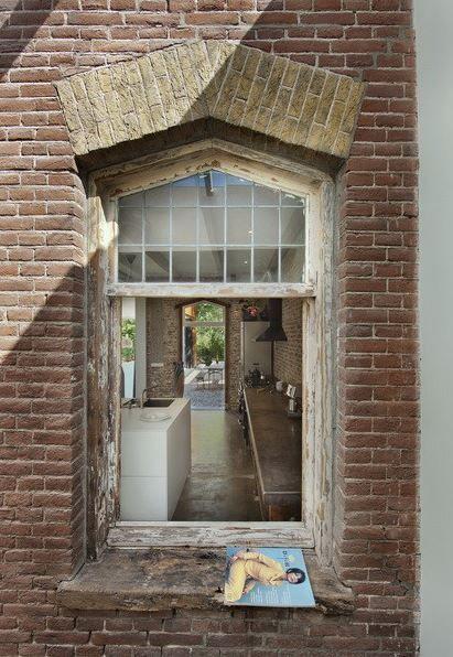 Nádražáckou poetiku vytváří i drobné detaily v provedení rekonstrukčních prací: nezačištěné cihly a oprýskané okenní rámy. (Foto: Cornbread Works)
