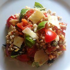 Insalata fredda di cereali con pomodorini, scaglie di parmigiano e aceto balsamico