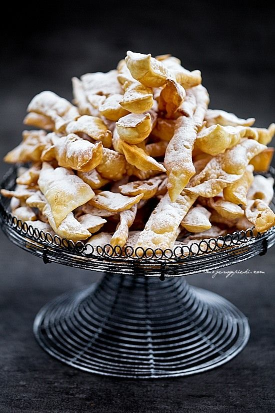 Składniki na 3 talerze faworków:   450 g mąki pszennej     5 żółtek     szczypta soli     1 łyżka spirytusu (lub 2 łyżki rumu)     3/4 szklanki gęstej kwaśnej śmietany 18%     tłuszcz do głębokiego smażenia