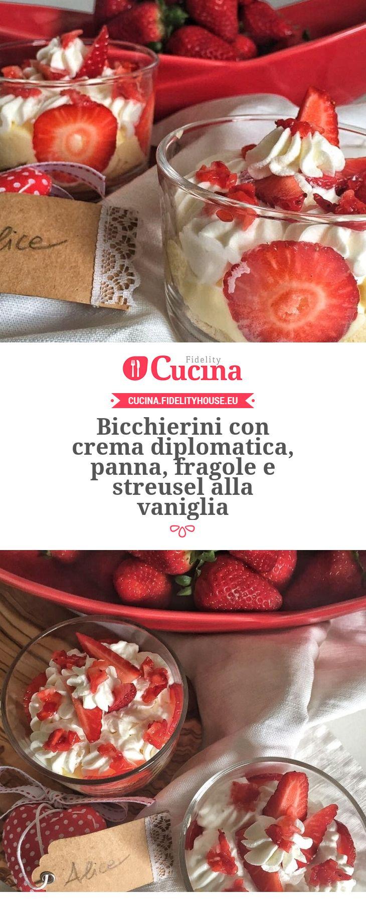 Bicchierini con crema diplomatica, panna, fragole e streusel alla vaniglia