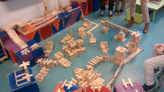 Kinderen uit de bovenbouw maakten met kapla een 'moderne' VOC haven. Ze zijn er twee uur mee bezig geweest! Fantastisch!
