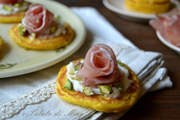 Blinis con prosciutto crudo e pistacchi, piccole crespelle salate tipiche russe.