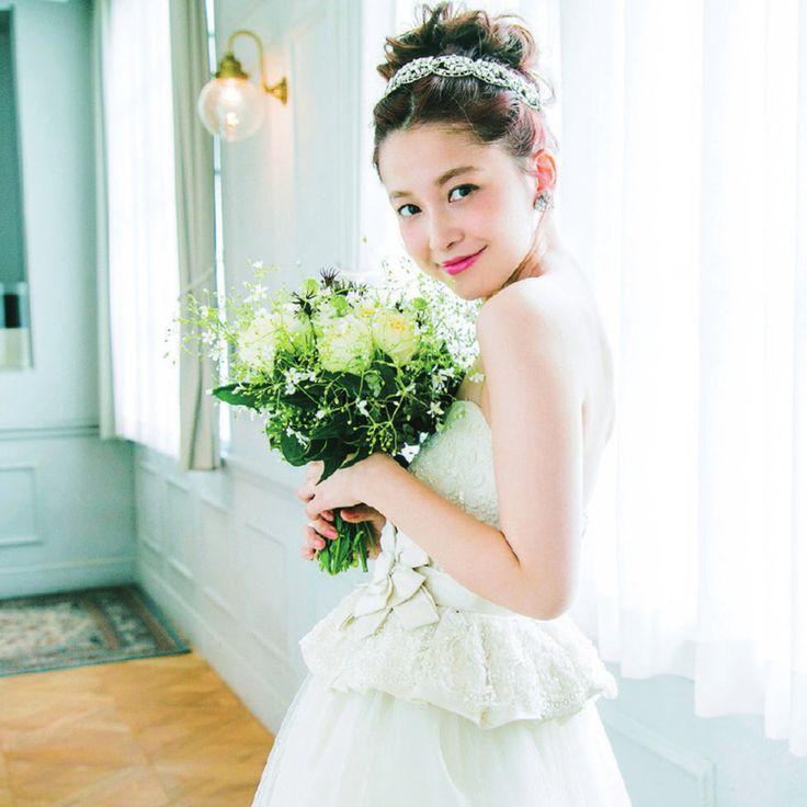 """""""着ればプリンセスなドレスには王道のシニョンでのアップに柔らかさを出してトレンド感を意識"""""""
