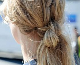 twee knopen in het haar en dan van elke streng twee kleine plukjes met een elastiekje aan elkaar vastmaken.