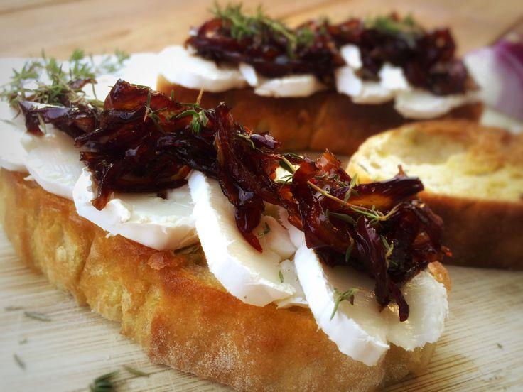 geröstetes Brot mit Ziegenkäse, karamellisierten Zwiebeln und frischen Thymian
