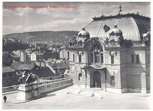 Háttérben Attila úti házak Várra néző tetői.  Újraépül a lovarda a Budai Várban.