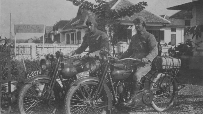 Twee Europese mannen op motorfietsen van het merk Harley Davidson in een straat op Java klaar voor vertrek circa 1918 (Penggunaan Nopol L kendaraan bermotor untuk Surabaya sejak dulu) - (COLLECTIE TROPENMUSEUM)