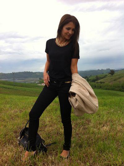 Pantalón negro+Camiseta negra+Abrigo beige