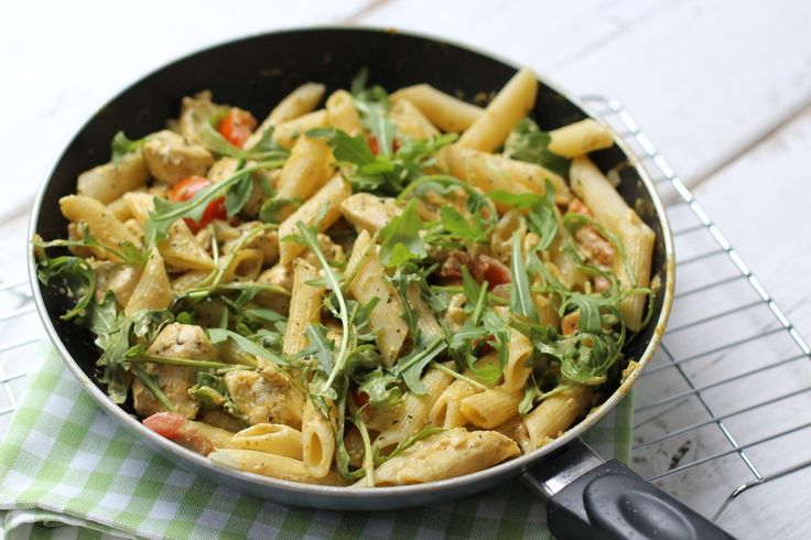 Zin in een lekker en snel avondmaal? Maak dan deze pasta kip-pesto met rucola. Het is niet alleen super snel klaar, maar ook nog eens makkelijk en lekker!