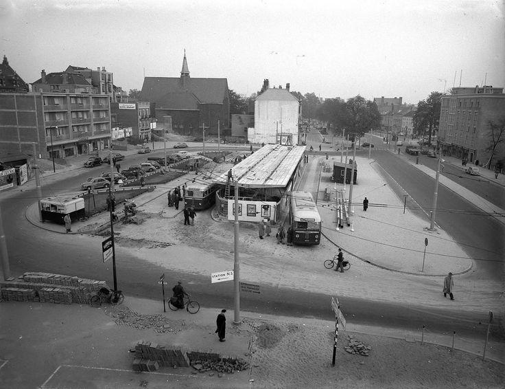Het Stationsplein gezien vanuit Hotel Bristol in 1953 (Gelders Archief)