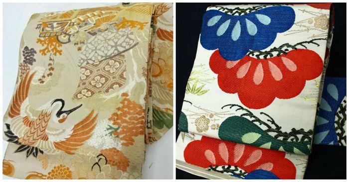 """Twee zijden obi omringd door klassieke Japanse designs - Japan - vroege 20e eeuw  1. kraan:Maru obi (丸帯 """"een stuk obi"""") is de meest formele obiObi (おび) is een sjerp voor traditionele Japanse kleding en een deel van kimono outfits.Zijden Obi omringd door Japanse designs met kranen en klassieke patronen-Naast enkele kleine vlekken is de Obi in goede conditie.Materiaal: zijde.Afmetingen: 386 x 30.5 cm.2. pineOmringd door klassieke Japanse patronen zoals pine bamboe en pruimen…"""