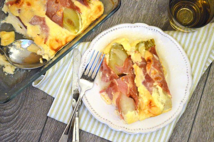 Ook voor diegenen die normaal gesproken geen witlof lusten: deze witlof uit de oven met ham, kaas en ei lust werkelijk waar iedereen!