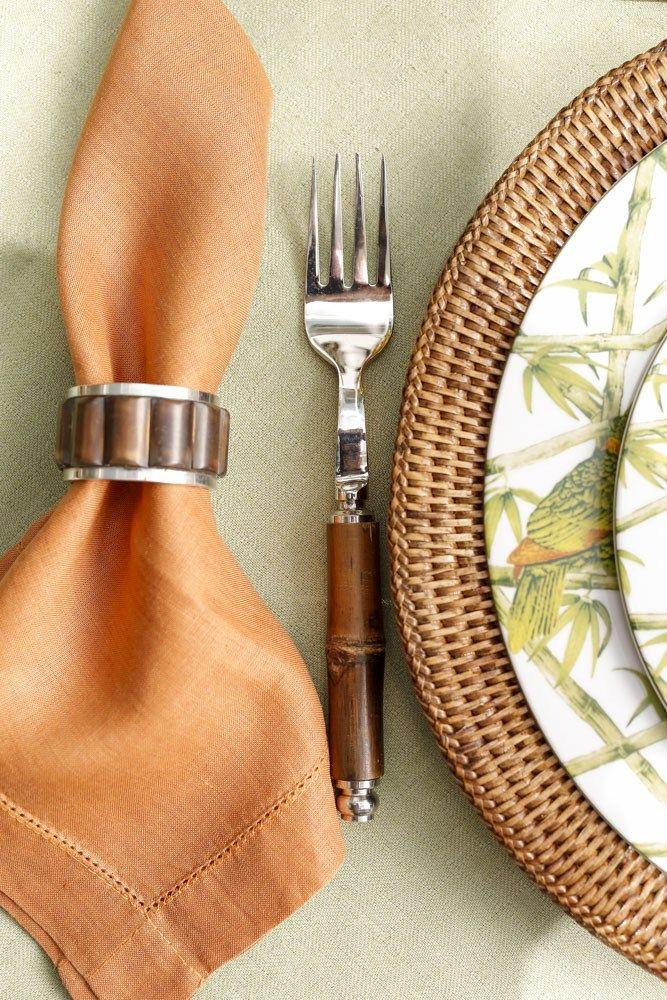 Detalhes da nossa mesa de verão do jardim com guardanapo e porta-guardanapor de bambu, talheres também feitos de bambu e sousplat de rattan.