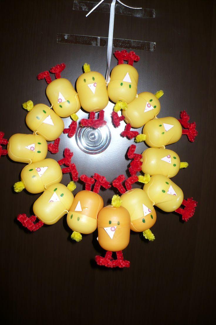 Kindertojásból húsvéti ajtódísz