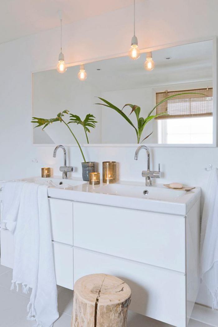salle de bain scandinave, meuble vasque blanc et ampoules électriques                                                                                                                                                     Plus