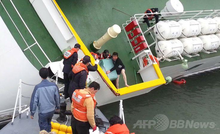 韓国海洋警察が公開した、沈没する旅客船セウォル(Sewol)号から脱出するイ・ジュンソク(Lee Joon-Seok)船長(中央右)の姿を捉えた画像(2014年4月28日提供)。(c)AFP/Korea Coast Guard ▼15May2014AFP 韓国船沈没、船長ら4人を「殺人罪」で起訴 http://www.afpbb.com/articles/-/3014993 #Sewol