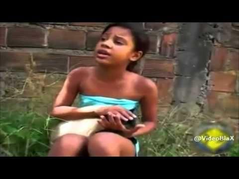 Menina cantando com o gatinho Deus Dará de Volta Tudo Pra Você de Shirle...
