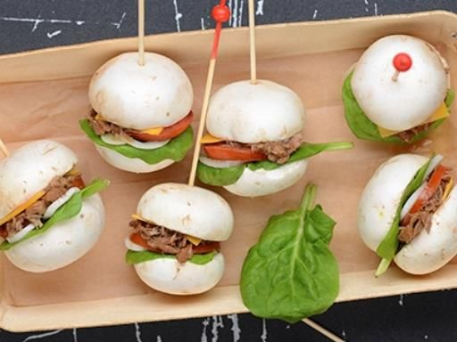 Faites des mini burgers avec des chapeaux de champignons de Paris et du thon, parfait pour un joli buffet.