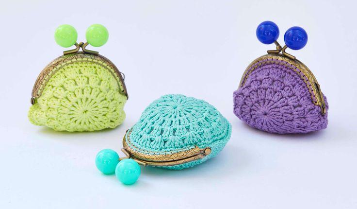 Tuto Porte-monnaie granny en fils coton Natura Yummy DMC. Découvrez les 16 nouvelles couleurs du Natura Just Cotton : des tonalités vibrantes et lumineuses, des touches de fluo pour un look estival, frais et jeune….