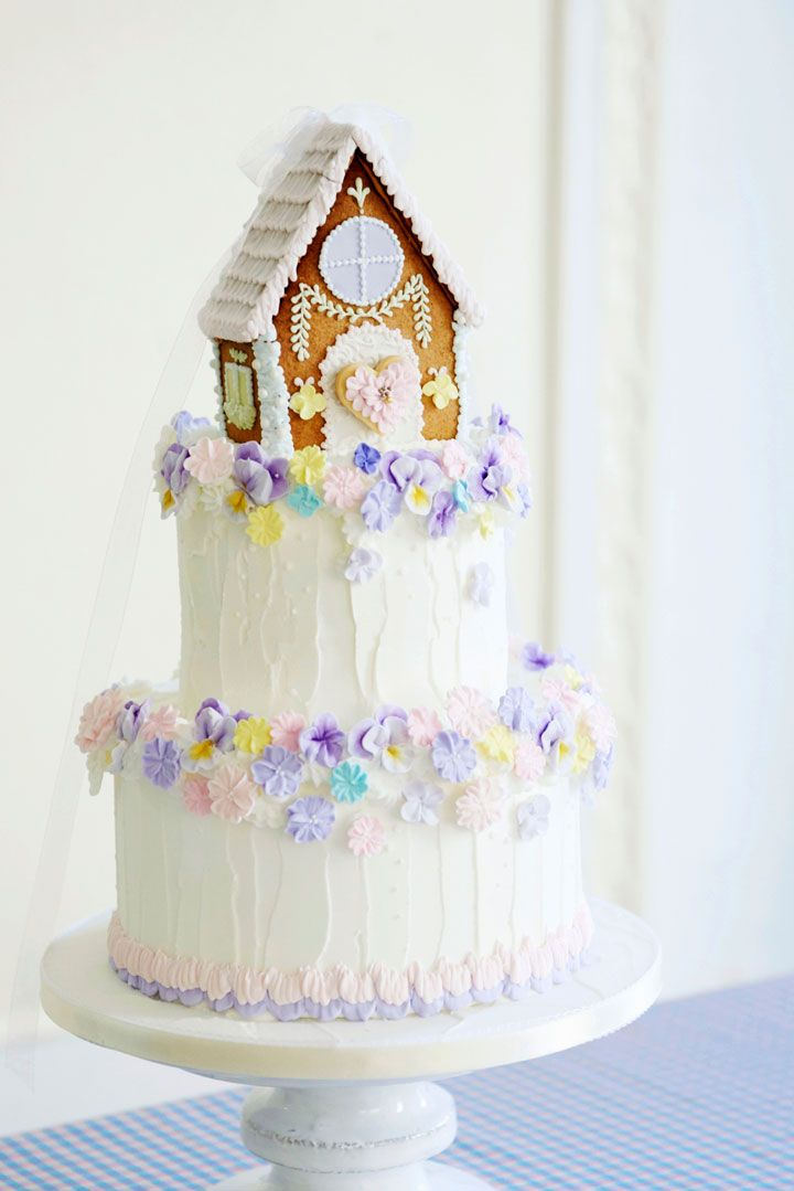 憧れのお菓子の家をウェディングケーキのデコレーションに♪ベースのケーキを生ケーキにすれば、ケーキ入刀の後にゲストに振る舞えます。
