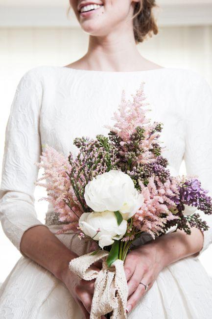 Rosa Clará   ramo de novia romantico pero silvestre, desestructurado y suelto, en tonos rosas palo, malvas y blancos, y rematado con una lazada de puntilla. La flores eran: astilbe, peonia, syringa y limonium rosa.
