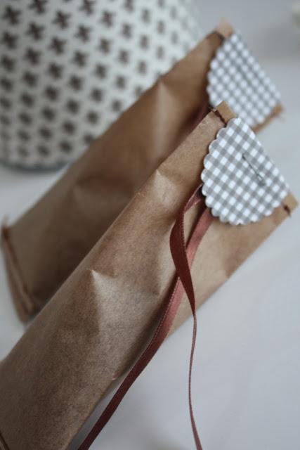 van pakpapier hoesje doorstikken op de maschiene , rondje uitknippen met kartelschaar, hoes halve slag draaien en rondje dubbelgevouwen als sluiting dichtnieten.