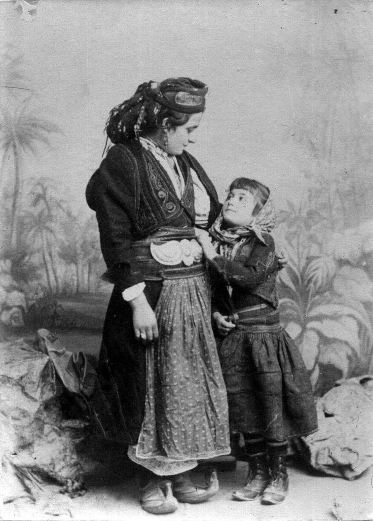 """Αρβανιτόβλαχα από το Κεφαλόβρυσο, στην περιοχή Πωγωνίου Ηπείρου. """"Εθνογραφικό Λεύκωμα"""" 1906. Αφοί Μανάκια."""