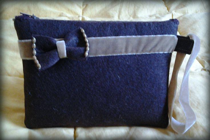 pochette in feltro marrone con applicazioni in nastro di velluto, color caramello.Fodera interna. #handmade #handbag #velluto