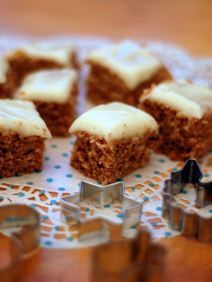 En bra grej med att baka mjuk pepparkaka i långpanna är att man kan dela den på mitten, styckfrysa den som två fyrkantiga kakor och sedan ta fram och tina och göra färsk frosting när man vill servera den. Hur smidigt som helst. Och fantastiskt gott!Kaka:125 gram smör (rumsvarmt) 2 dl soc