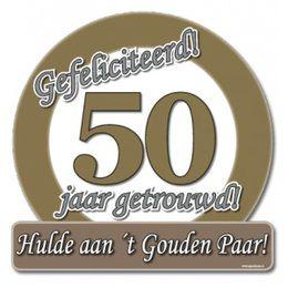 Schild Gefeliciteerd 50 jaar getrouwd groot  -  Een grote papieren decoratie om op te hangen. Tekst: Gefeliciteerd! 50 jaar getrouwd! Hulde aan `t Gouden Paar! Afmeting: 50 x 50cm! | www.feestartikelen.nl