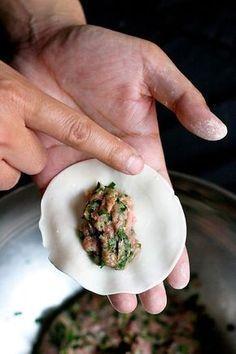 Raviolis chinois Pour une trentaine de raviolis. -250g de chair à saucisse (viande de porc hâchée) pas trop maigre. -100g de chou chinois (pe-tsaï) -4 gousses d'ail -15g d'oignon vert -15g de gingembre râpé -2 grosses pincées de sel -1 cuillère à soupe de sauce soja -1 cuillère à soupe d'alcool de riz -2 cuillères à soupe d'huile de sésame