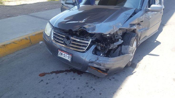 <p>Chihuahua, Chih.- Un choque entre una pickup y un vehículo, tuvo lugar en el cruce de la avenida Silvestre Terrazas y el periférico R. Almada