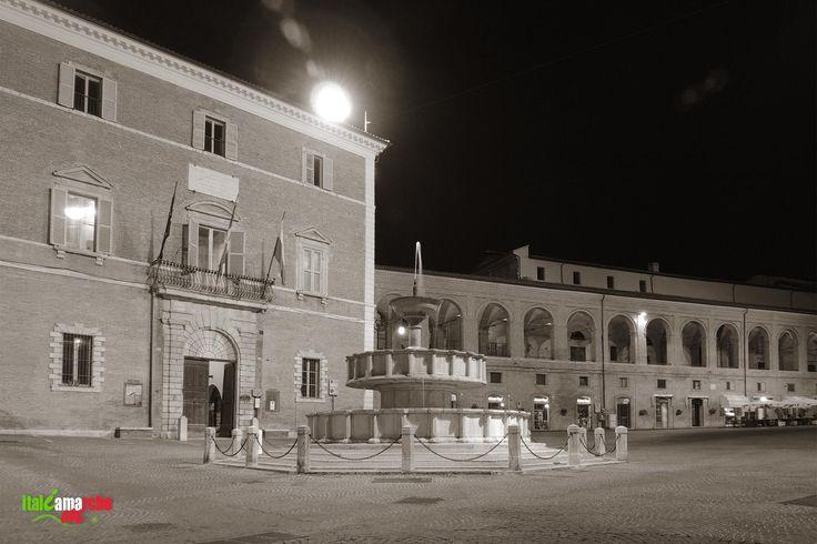 TOURISM in The Marches Region – ITALY - FABRIANO - Piazza del Comune - © Copyright Photo Piero Evandri - www.italiamarche.com