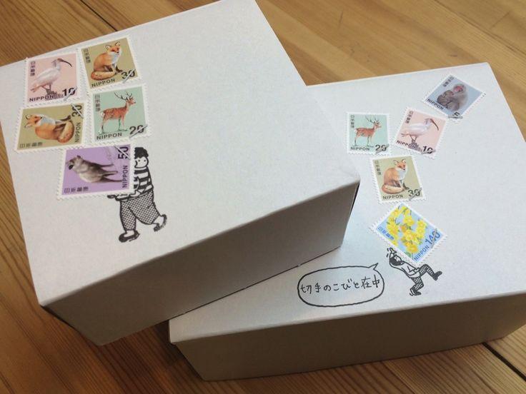 「切手のこびと」は切手と組み合わせて使えるスタンプです。季節の手紙や様々なイベントの招待状、引っ越しの挨拶状、年賀状など、手紙やハガキを送る際に、切手の周りにクスッと笑える物語を沿えて送ることができます。※切手のこびとはベクトカルチャー(株)の展開するブランドです。※注文が立て込んでいる場合、発送まで約2Wのお時間を頂いております。>>切手のこびとご注文のお客さまへ 2015.3.28http://www.vectculture.com/kobitonews/【お取り扱い店 一覧】2015.9.10※店舗によっては、一部お取り扱いのない商品もございます。[東京]■アンジェ ビュロー エキュート上野店東京都台東区上野7−1ー1 JR東日本上野駅構内3階ecute上野内T 03-5826-5681OPEN 8:00-22:00(日 祝 21:30まで)http://www.angers.jp/shop.html■アンジェ ビュロー KITTE丸の内店東京都千代田区丸の内2丁目7番2号 JPタワー KITTE丸の内4階T 03-3217-2006OPEN 11:00-21:00(日…