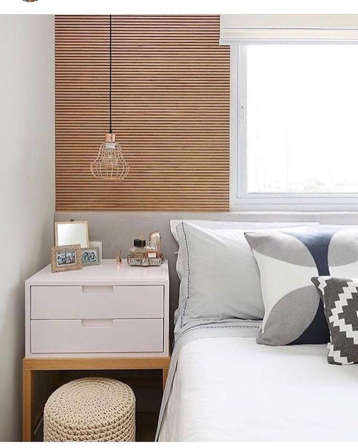 Quarto com madeira clara e branco. Cama embaixo da janela / janela atrás da cama. Projeto Fernanda Marques