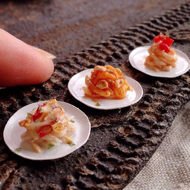 はじめてパスタを作ってみました。 手間からペペロンチーノ、ガーリックトマト、フレッシュトマトのパスタです。 I made miniature pasta from clay. #ミニチュア#樹脂粘土#ハンドメイド#ミニチュアフード#パスタ#fraise #miniature #clay #handmade #miniaturefood #pasta #yummy #instafood