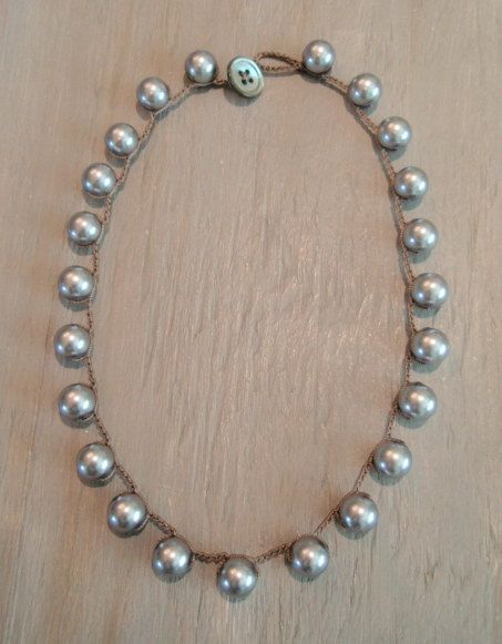 Ganchillo gris perla collar - simplemente perlas - suave gris gris plata grande perlas joyas de ganchillo bohemio clásico